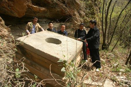 房县大木深山岩屋寺发现罕见古代石陀螺重达1万余斤